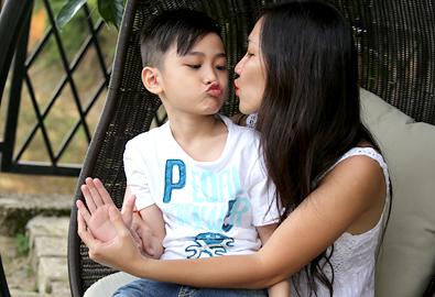 Con trai Kim Hiền quấn quýt bên mẹ