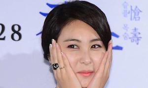 Eun Seo khép nép vì váy xẻ