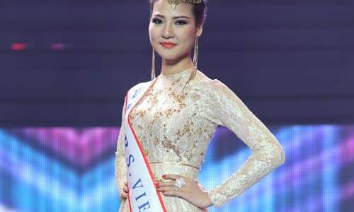 Trần Thị Quỳnh đeo dải băng ghi sai tên nước