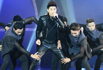 Noo Phước Thịnh nhảy sung bên hàng chục vũ công