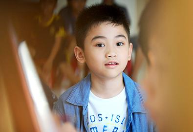 Con trai Kim Hiền bảnh bao đi học vẽ