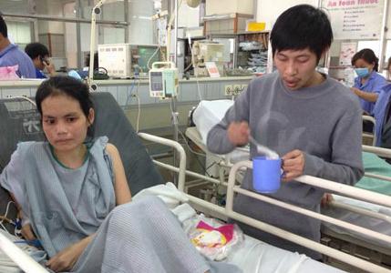 Người chồng 5 năm tận tụy chăm sóc vợ bệnh nặng