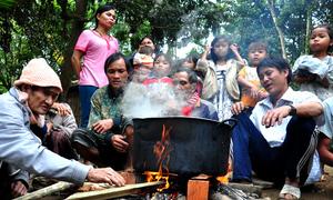 'Người rừng' lần đầu đón Tết cùng dân làng sau 40 năm