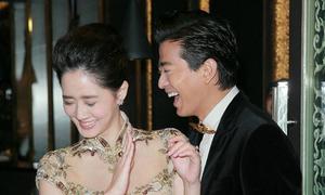 Vợ Trần Hiểu Đông bẽn lẽn khi 'khóa môi' chồng