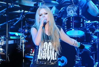 Avril Lavigne khuynh đảo Bangkok dịp biểu tình