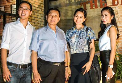Bố mẹ chồng đến mừng Hà Tăng thành bà chủ
