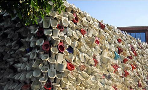 Bức tường tạo thành từ 10.000 chiếc bệ xí