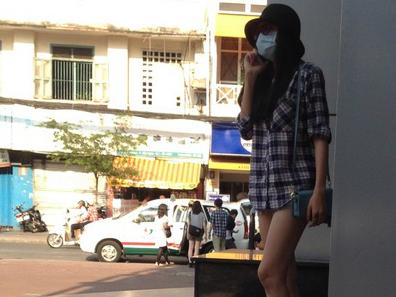 Diễm Hương đeo khẩu trang đi ăn một mình sau ly hôn