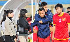Đồng đội cõng Âu Văn Hoàn rời sân