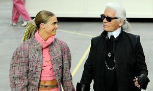 Chân dài catwalk trong 'siêu thị' Chanel vui nhộn
