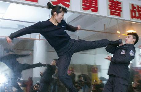 Nữ đặc nhiệm Trung Quốc phô diễn tài năng
