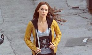 Megan Fox thon gọn trở lại trường quay 7 tuần sau sinh