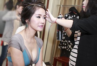 Hồng Nhung diện váy bó, khoe ngực đầy