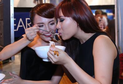 Nhật Thủy, Phương Linh xúc cho nhau ăn ở hậu trường