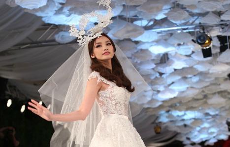 Trúc Diễm diện váy cưới ren hoa lộng lẫy