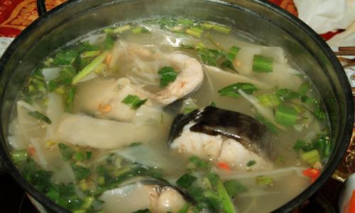 Giải nhiệt ngày hè với lẩu chua cá lăng rau bìm bịp