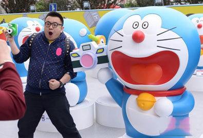 100 tượng Doraemon to bằng người thật ở Bắc Kinh
