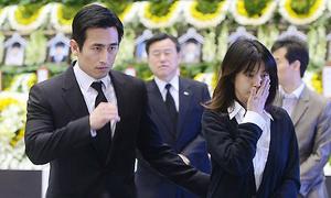 Vợ chồng Cha In Pyo tới tưởng niệm nạn nhân vụ chìm phà