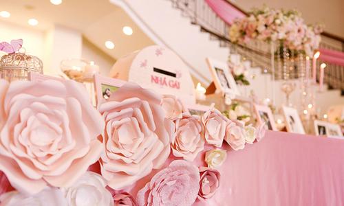 Đám cưới trang trí nhẹ nhàng với hoa giấy