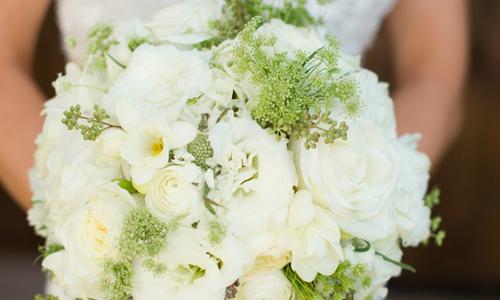 Cô dâu tinh khôi với hoa cưới màu trắng