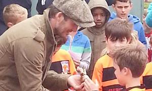 Becks tự hào trao Cup cho con trai