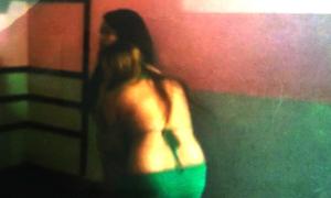 Nữ tiếp viên ngực trần múa quay cuồng phục vụ khách VIP