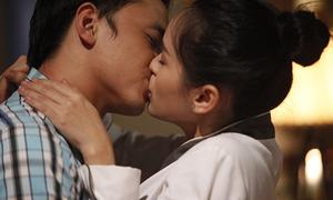 Tú Vi, Văn Anh say đắm khóa môi
