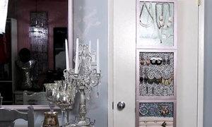 Làm tủ treo trang sức trên tường lung linh