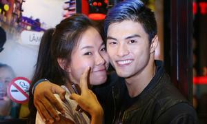 Lâm Vinh Hải ôm chặt vợ trong đêm tiệc