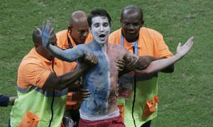 Fan cuồng bóng đá đột nhập phòng, sân tập để gặp thần tượng