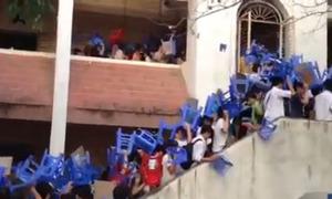 Video thí sinh đội ghế đi thi đại học gây tò mò