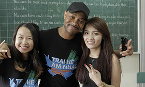 Nhật Thủy dạy hát cho trẻ mồ côi