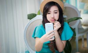 Hot girl Mie mê ảnh selfie