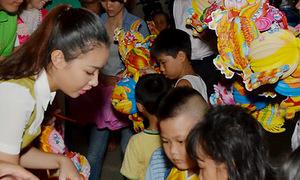 Miss Bích Khanh vui Trung Thu với trẻ nhiễm HIV