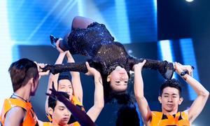 Thu Minh nhào lộn ngoạn mục trên sân khấu