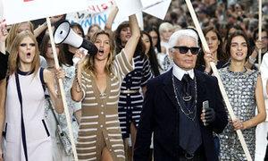 Dàn mẫu Chanel tuần hành trên 'đường phố'