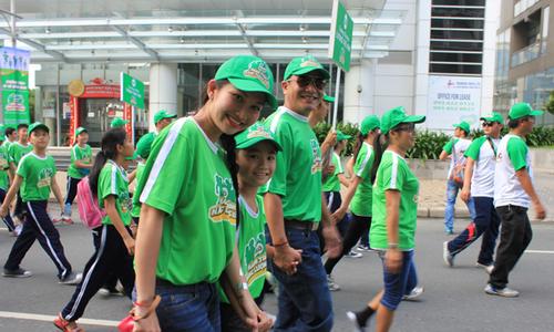 Kim Hiền tươi tắn đi bộ cùng cùng chồng và con trai