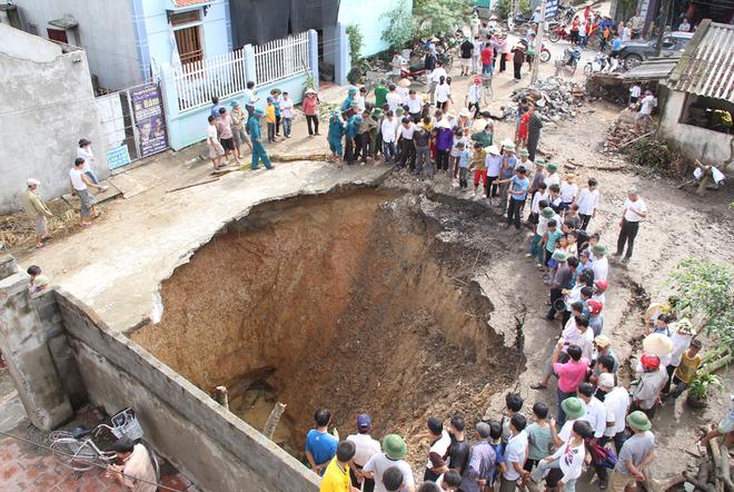 Hố tử thần sâu 25m bất ngờ xuất hiện ở Thanh Hóa