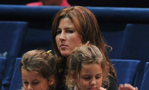 Hai công chúa sinh đôi nhà Federer đi cổ vũ bố