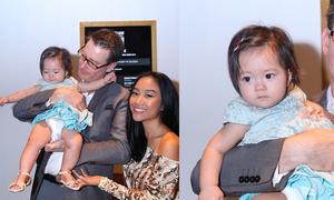 Vợ chồng Đoan Trang đưa con gái đi xem thời trang