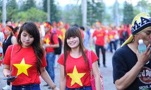 CĐV Việt đồng phục áo đỏ ở Shah Alam