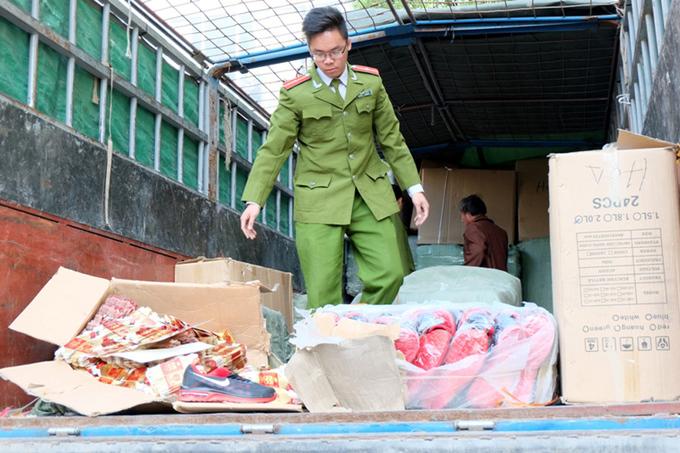 Hơn 40 tấn quần áo, túi xách lậu bị tịch thu