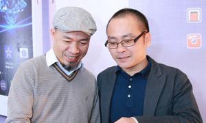 Nhạc sĩ Huy Tuấn nhận quà đặc biệt
