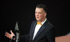 HLV Van Gaal thắt nơ vàng điệu đà đi nhận giải
