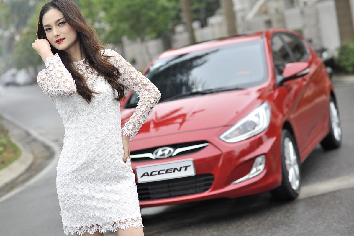 Người mẫu Trang Hà bên Hyundai Accent Blue 2015