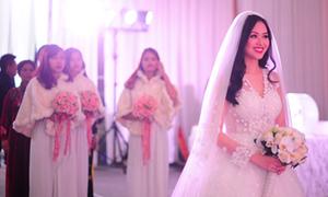 Váy cưới của Tâm Tít đính 6.000 bông hoa ren