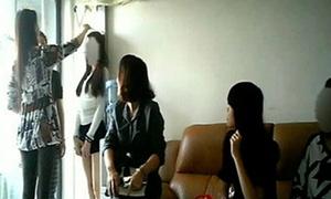 Nữ sinh Trung Quốc đua nhau bán trứng dù bị cấm