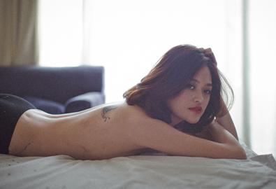 Thùy Anh bán nude táo bạo đón tuổi 20