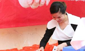 Quý bà Bùi Thị Hà trao quà cho bệnh nhân ung thư