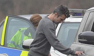 Van Persie bị nữ cảnh sát 'hỏi thăm'